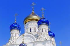 Kors med en kupol i ortodox kyrka Arkivbild