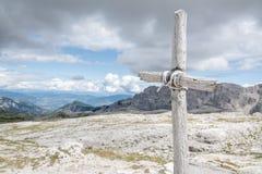 Kors med himmel och berg i bakgrund royaltyfri fotografi