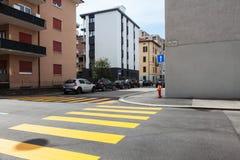 Kors med små byggnader och gula övergångsställen Royaltyfri Fotografi