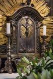 Kors med stearinljus i katolska kyrkan Royaltyfri Bild