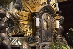 Kors med stearinljus i katolska kyrkan Arkivfoto
