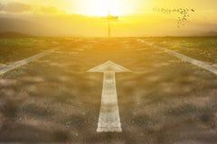 Kors med vägen och solljus Arkivfoton