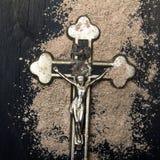 Kors och aska - symboler av Ash Wednesday Arkivbilder