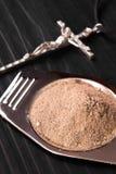 Kors och aska - symboler av Ash Wednesday arkivfoto