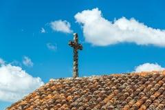 Kors och belagt med tegel tak arkivfoto