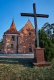 Kors och den gotiska medeltida kyrkan Arkivbilder