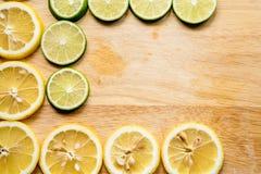 Kors- och kontrastbild av citronskivan Bästa sikt till den nya organiska citronskivan som isoleras på träskärbräda med urklippban fotografering för bildbyråer