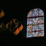 Kors- och målat glassfönster i kyrka i Nice Arkivbild