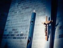 Kors och stearinljus i kyrka Arkivfoton