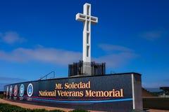 Kors och tecken uppe på monteringen Soledad i La Jolla, Kalifornien Royaltyfria Bilder