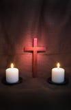 Kors och två stearinljus Arkivfoton