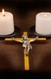Kors och två stearinljus Arkivbilder