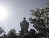 Kors på allvarlig kontur på kyrkogård Allhelgonaafton, dag av dödaen, allt Sankt dag- eller kristendomenbegrepp för ` s arkivbilder
