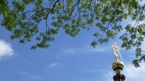 Kors på en kyrka mot himlen och de gröna träden Gomel Vitryssland stock video