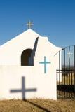 Kors på ett kristet vitt kapell i Malpica gör Tejo, Portugal Royaltyfria Bilder