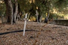 Kors på Sanen Juan Bautista Mission Cemetery, Kalifornien, USA arkivbilder