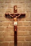 Kors på väggen i strålkastare christ kors jesus Arkivbild