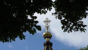 Kors p? en kyrka mot himlen och de gr?na tr?den Gomel Vitryssland lager videofilmer