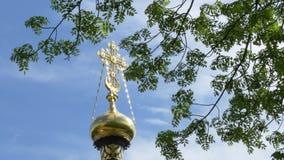 Kors p? en kyrka mot himlen och de gr?na tr?den Gomel Vitryssland stock video