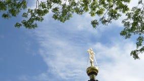 Kors p? en kyrka mot himlen och de gr?na tr?den Gomel Vitryssland arkivfilmer