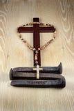 Kors, radband och tre grova spikar arkivfoto