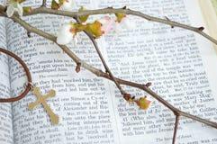 Kors, scripture och blommor - closeup Arkivbild