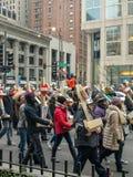 750 kors som marscherar ner den storartade mil i Chicago arkivbilder