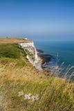 Kors som upptill förläggas av Dover klippor arkivbild