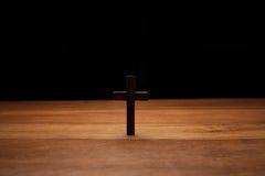 Korsa över trä bordlägger arkivbild