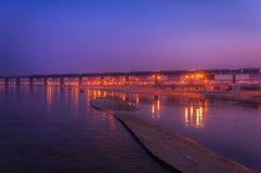 Korsa bron i blå timme Royaltyfri Bild
