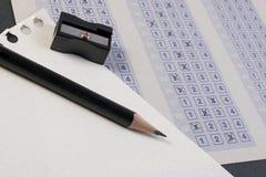 Korsa det högra svaret i asken med tomt svar För multiplesvar för tappning klassiskt ark på tabellen Royaltyfria Bilder