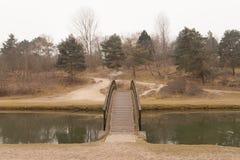 Korsa en bro Fotografering för Bildbyråer