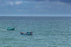 Korsa för två fiskebåtar som är varje av vattnet av golfen av Thailand arkivbild