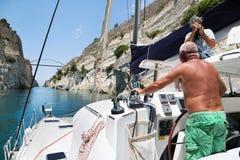 Korsa med en katamaran eller segla yachtho kanalen av Corinth Arkivfoton