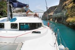 Korsa med en katamaran eller segla yachtho kanalen av Corinth Royaltyfri Bild