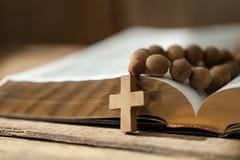 Korsa på bibeln arkivfoton