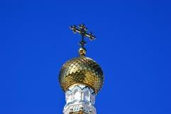 Korsa på den kyrkliga kupolen Arkivbilder
