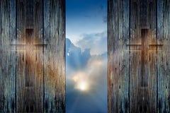 Korsa på den wood väggen och hoppas solstrålen royaltyfri fotografi