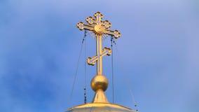 Korsa på kupolen av kyrkan mot himlen stock video