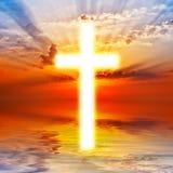 Korsa på soluppgångskyen Arkivbild