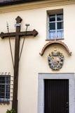 Korsa på väggen av den kyrkliga lättheten i Bayern Royaltyfri Foto