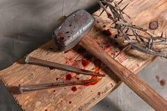 Korsa, spikar, kronan av taggar och Malet Royaltyfri Foto