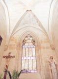 Korsad gammal kyrka för bågar arkivfoton
