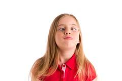 Korsad gest för uttryck för blond flicka för ögon rolig fotografering för bildbyråer