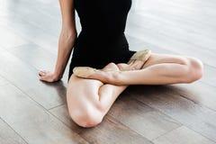 Korsade ben av den unga gaceful kvinnaballerina i balettstudio Arkivfoto