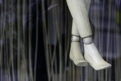 Korsade ben av trädockan shoppar in fönstret Royaltyfria Bilder
