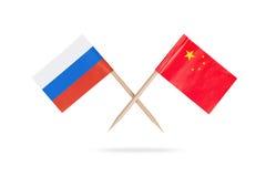 Korsade mini- flagsChina och Ryssland Royaltyfri Foto
