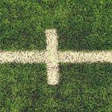 Korsade vita linjer på utomhus- fotbolllekplats Detalj av linjer i ett fotbollfält Plast- gräs och fint malt b Royaltyfri Foto
