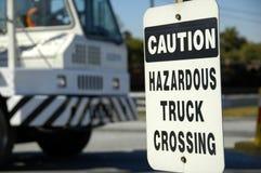 korsande farlig lastbil royaltyfria foton