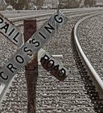 korsande gammalt järnvägtecken Arkivbild